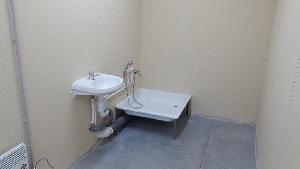 Раковина и душ в блоке